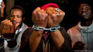 Lautstarker Protest: Fernsehbilder über mutmaßlichen Menschenhandel und Sklavenmärkte mit afrikanischen Flüchtlingen lösten weltweit Entsetzen aus. Nachdem die Bilder auch im Netz kursierten, formierte sich auch in einigen afrikanischen Ländern Protest gegen die Zustände in libyschen Flüchtlingslagern. In Marokko demonstrierten junge Menschen vor der libyschen Botschaft und forderten menschenwürdige Bedingungen und ein Ende des mutmaßlichen Sklavenhandels in dem Maghrebland.