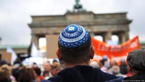 Dieser Mann trägt die Kippa bei einer Kundgebung gegen Antisemitismus in Berlin. (Foto: picture alliance / dpa. M. Hitija)