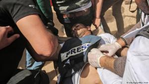 """Jasser Murtaja trug eine Weste mit der klaren Kennzeichnung """"Presse"""", als er von einer Kugel getroffen wurde; Foto: Getty Images/AFP"""