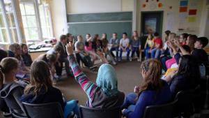 Schülerin mit Kopftuch in einer Grundschulklasse in Berlin; Foto: dpa
