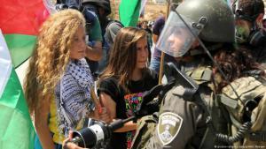 Die palästinensische Aktivistin Ahed Tamimi  während einer Demonstration gegen die Errichtung neuer Siedlungen im Westjordanland im September 2015; Foto: picture-alliance/abaca/AA