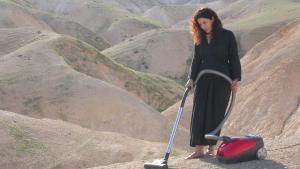 """Sisyphos' Schwester: """"Vacuum"""": Videoinstallation der palästinensischen Künstlerin Raeda Saadeh von 2007; Foto: Sharjah Art Foundation Collection"""