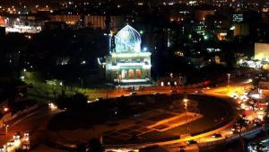 Der Firdos-Platz heute: 2003 wurde auf dem Firdos-Platz die Statue Saddam Husseins gestürzt, um das Ende seines Regimes zu verkünden. Obwohl seither viele Jahre vergangen sind, lässt er immer noch so etwas wie ein gepflegtes offizielles Flair vermissen. Stattdessen ist er ein Platz ohne eigene Identität im Schatten der Al-Shahid al-Zahir Moschee (siehe Bild) geblieben.