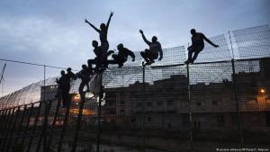 Flüchtlinge überwinden im Mai letzten Jahres Grenzzäune in Melilla; Foto: picture-alliance/AP Photo/S. Palacios