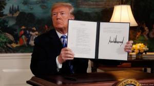 Schlussstrich unter Irandeal: US-Präsident Donald Trump besiegelt am 8.5.2018 den Ausstieg der Vereinigten Staaten aus dem Atomabkommen mit dem Iran; Foto: Reuters/J. Ernst