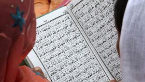Muslimische Frauen lesen eine Sure im Koran; Foto: Reuters