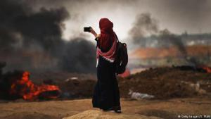 Proteste in Gaza: palästinensische Frau dokumentiert die Zerstörungen; Foto: Getty Images/S. Platt