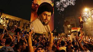 """Anhänger des schiitischen Geistlichen Muktada al-Sadr feiern in Bagdad den Wahlsieg der Liste """"Sairun""""; Foto; dpa/picture-alliance"""