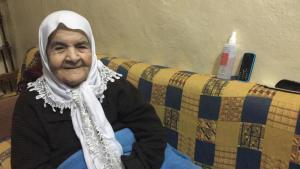Hafida Khatib in ihrer Wohnung im palästinensischen Flüchtlingslager Burj el-Barajneh; Foto: Diana Hodali/DW