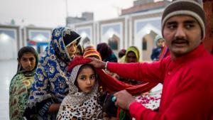 Pilgerinnen erhalten einen Segen gespendet am Schrein von Lal Shahbaz Qalandar, Pakistan; Foto: Philipp Breu