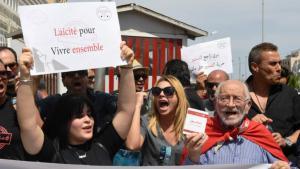 Nichtfastende Tunesier demonstrieren am 27.5.2018 in Tunis gegen die Schließung von Cafés und Restaurants während des Ramadans; Foto: Ismail Dbara