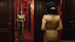 """Eine arabische Ikone: Shirin Neshat gilt als Feministin. Und sie ist eine der erfolgreichsten Künstlerinnen aus dem Iran. Lange Zeit hat sie sich in ihren Fotoserien und Videos an den Themen Exil und Heimat abgearbeitet. Damit soll jetzt Schluss sein. Ihr jüngster Film """"Auf der Suche nach Oum Kulthum"""" ist ein persönlicher Blick auf die legendäre ägyptische Sängerin."""