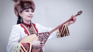 """Die neue Seidenstraße: Sie ist ein Synonym für den Austausch zwischen Orient und Okzident. Unter dem Namen """"Die Neue Seidenstraße"""" bringt das Morgenlandfestival Musiker aus Europa, dem Kaukasus, Zentralasien und China zusammen. Eine der Künstlerinnen, die bei der Veranstaltung auftritt, ist die kasachische Sängerin und Dombra-Spielerin Ulzhan Baibussynova. Die Dombra ist eine kasachische zweisaitige Laute."""