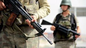 Türkische Soldaten an einem Checkpoint zwischen Mardin und Cizre; Foto: Reuters/Sertac Kayar