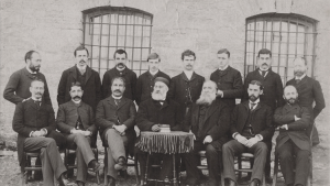 Das Collegium des Robert College, März 1892.Der Mann hinter dem Schreibtisch ist der damalige Präsident des Robert College, George Washburn. Schrader ist der vierte Stehende von rechts. Er arbeitete am Robert College von 1892-1895; Foto: Jochen Schrader