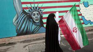Iranerin vor der ehemaligen US-Botschaft in Teheran; Foto: AFP/Behrouz Mehri