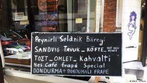 Türkisches Leben in Thessaloniki - ein zweisprachiges Schild; Foto: DW/Florian Schmitz