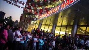 Anhänger der CHP beobachten den Ausgang der Parlaments- und Präsidentenwahlen auf Monitoren vor dem CHP-Parteibüro in Ankara; Foto: picture-alliance/AA/O. Elif Kizil