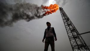 Angestellter vor brennendem Erdölbohrturm im Irak; Foto: Haidar Mohammed Ali/AFP/Getty Images