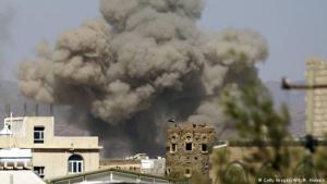 Saudischer Luftangriff auf den Flughafen von Al-Dailami bei Sanaa; Foto: Getty Images/AFP/M. Huwais