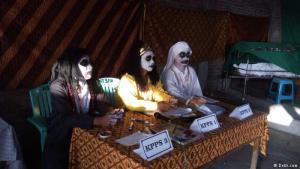 Schock und Wahlen: Trotz der abschreckenden Verkleidung achteten diese Wahlhelfer auf die ordnungsgemäße Stimmabgabe in Zentral-Java. Die Regionalwahlen fanden am 27. Juni in Indonesien statt.