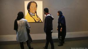 "Besucher des ""Tehran Museum of Contemporary Art"" in Teheran; Foto: picture-alliance/AP"