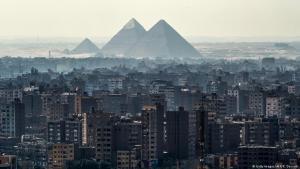 Blick auf die Pyramiden und das angrenzende Stadtviertel Giza; Foto: AFP/Khaled Desouki