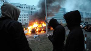 Ausschreitungen zwischen Jugendlichen und der französischen Polizei in einem Vorort von Paris; Foto: picture-alliance/abaca