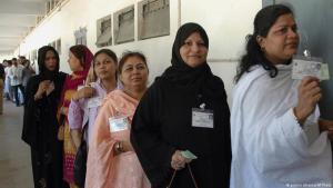 Pakistanische Frauen stehen Schlange für die Abstimmung bei den Kommunalwahlen in Karatschi; Foto: AP/Shakil Adil