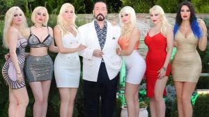 Der türkische Fernsehprediger Adnan Oktar im Kreis seiner Haremsdamen; Foto: youtube