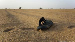 Algerien wird vorgeworfen, Hunderte von afrikanischen Migranten in der Sahara ausgesetzt zu haben. Foto zeigt einen Schuh im Wüstensand (Foto: picture-alliance/AP Photo/J. Delay)