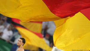 Mesut Özil vor deutscher Nationalfahne; Foto: picture-alliance/dpa/R. Vennenbernd