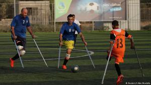 """Spielfreude trotz Handicap: Wer sagt, dass man mit nur einem Bein nicht Fußball spielen kann? Im Gazastreifen trainieren Spieler zwischen 13 und 35 Jahren, die während des Konflikts mit Israel Gliedmaßen verloren haben - und trotzdem Spaß am Sport haben. """"Menschen mit besonderen Bedürfnissen haben das Recht, jeden Sport auszuüben"""", sagt Fußballmanager Mahmoud Al-Naouq."""