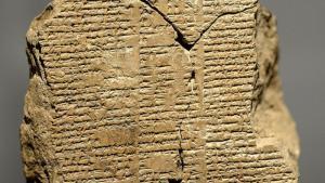Drei zusammengesetzte Fragmente von Tontafeln aus dem Gilgameš-Epos; Foto: Osama Shukir Muhammed Amin FRCP / CC-by-sa 4.0