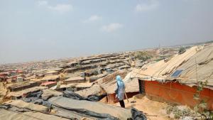 Staubig, heiß, eng – und fast so groß wie Köln: Schon vor Jahrzehnten sind Rohingya aus Myanmar nach Bangladesch geflüchtet. Neben dem Ort Kutupalong entstand ein Flüchtlingslager. Durch die Massenflucht seit August 2017 ist dort die Einwohnerzahl stark gestiegen, weitere Camps sind entstanden. Insgesamt leben jetzt fast eine Million Menschen dort – eine Stadt fast von der Größe Kölns, aber ohne die Infrastruktur.