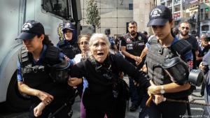 """Emine Ocak, Mitglied der """"Samstagsmütter"""", wir am 25. August 2018 während einer Protestveranstaltung der Organisation von türkischen Sicherheitskräften festgenommen; Foto: Getty Images/AFP/H. Tunc"""