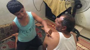 Mizyed Khalid Tahads Sohn zeigt auf eine Folternarbe seines Vaters; Foto: DW/A. Vohra