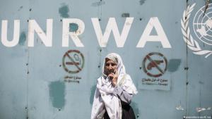 Palästinenserin vor dem UNRWA-Quartier in Gaza; Foto: picture-alliance/dpa/M. Issa