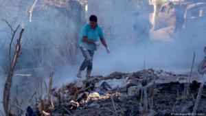 Syrer löschen Brände nach den Luftschlägen in Jisr al-Shughur, in der Provinz Idlib, am 4. September 2018; Foto: AFP/Getty Images