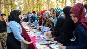 """Irakische Jugendliche während des Kulturfestivals """"I am Iraqi.. I read"""" in einem Park in der Innenstadt von Mossul; Foto: Rudaw English; Twitter"""