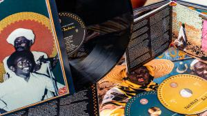 """CD-Cover """"Two Niles to Sing a Melody: The Violins & Synths of Sudan""""; Quelle: Ostinato Records"""