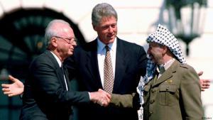 Historischer Handschlag: Der frühere U.S.-Präsident Bill Clinton gemeinsam mit dem damaligen israelischen Premier Yitzhak Rabin (l.) und dem ehemaligen PLO-Chef Jassir Arafatvor dem Weißen Haus in Washington am 13. September 1993; Foto: Reuters