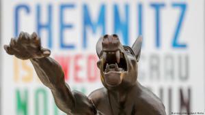 Kunstaktion gegen rechte Hetze und Gewalt: Bronzewolf mit Hitlergruß des Brandenburger Künstlers Rainer Opolka vor dem Karl-Marx-Monument in Chemnitz; Foto: dpa/picture-alliance
