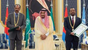 Der saudische König Salman (m.) empfängt den eritreischen Präsidenten Isaias Afwerki (l.) und den äthiopischen Premier Abiy Ahmed (r.) in Dschidda, Saudi-Arabien am 16. September 2018; Foto: picture-alliance/AP Photo/SPA
