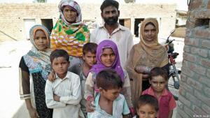Im Kreise seiner Familie - der ehemalige Fabrikarbeiter Muhammad Iqbal; Foto: DW/R. Aslam