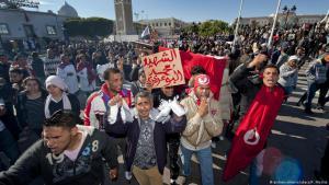 Der Funke der Arabellion: Nach dem Selbstmord des tunesischen Gemüsehändlers Mohamed Bouazizi protestieren tunesische Jugendliche für mehr soziale Gerechtigkeit und das Ende der Ben-Ali-Diktatur in Tunis im Januar 2011; Foto: picture-alliance/abaca