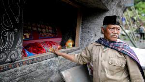 """Das alte torajanische Begräbnisritual ist als auch als """"Ma'nene"""" bekannt, bei dem die Familienangehörigen die Gräber ihrer Verstorbenen besuchen, ihre Überreste reinigen und die Särge mit persönlichen Gegenständen auffüllen."""