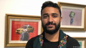 Der Künstler Mahdi Baraghithi im Museum der Universität von Birzeit; Foto: DW/Sarah Hofmann