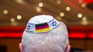 Deutschland AfD & Religion | Mann mit Kippa und deutscher Flagge; Foto: picture-alliance/dpa