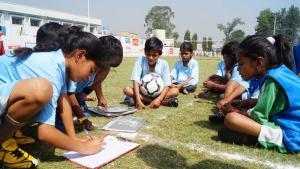 "Kinder aus Rurka Kalan, die an dem Projekt ""Kick for Tolerance"" teilnehmen; Foto: YFC Rurka Kalan"